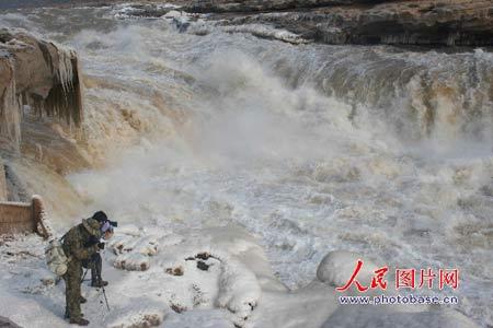 山西吉县:黄河壶口十里河槽出现冰封壮观景象