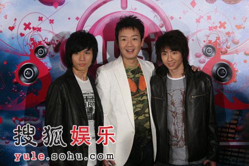 图:无限音乐盛典颁奖礼-李伟菘和两位爱徒