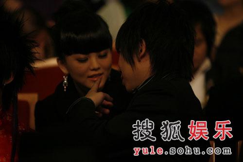 图:无限音乐盛典颁奖礼-李湘与友人亲密交谈