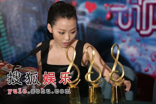 周笔畅李宇春张靓颖拿八奖 超女横扫无线盛典