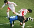 图文:国足1-1比勒费尔德 后卫做门将扑救动作