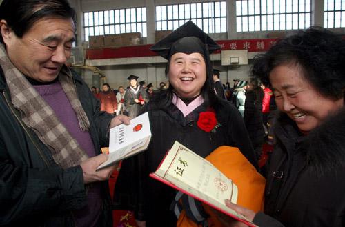 成人残疾大学生拿到学士学位