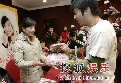 赵薇宣传甜美动人 回应新男友是体育教练传闻