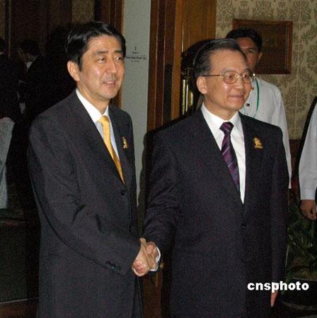 温家宝总理与安倍首相宿务会面 相谈甚好忘时间