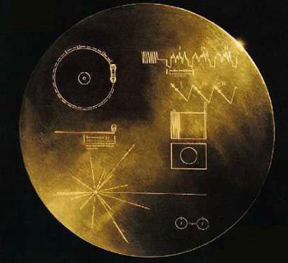 """""""旅行者""""1号太空探测器携带了一个录有55种语言和90分钟的音乐集锦的磁碟向宇宙问候"""