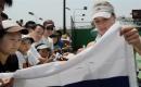 图文:澳网首日 美少女基里连科给球迷签名