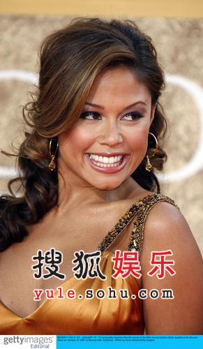 快讯:女星凡妮莎金色贴身长裙惊艳亮相红毯