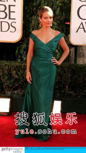 图:《丑女贝蒂》女星低胸墨绿长裙妩媚迷人