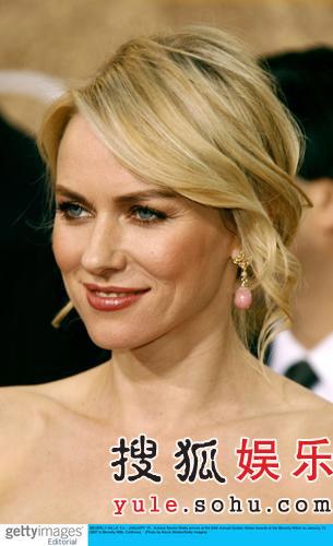 图:《金刚》娜奥米-沃茨蓝色低胸裙优雅亮相