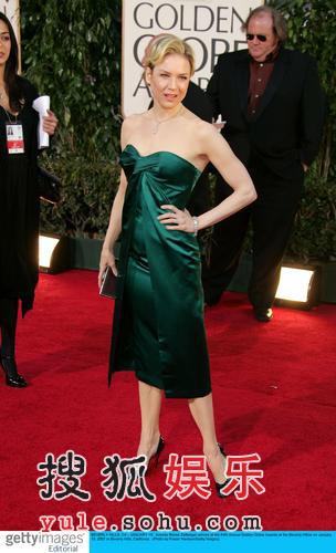 图:蕾妮齐维格笑容甜美 绿色短裙秀香肩