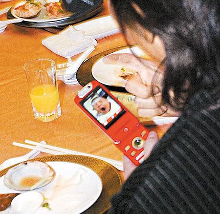 王仁甫拿手机大秀女儿照片 季芹拼命减肥(图)