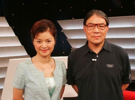 图文:《奥林匹克人物访》 霍震霆与主持人合影
