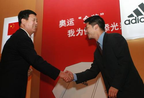 图文:代表团领奖服征集 王钧与毕宝元亲切握手