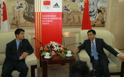 图文:代表团领奖服征集 马继龙与毕宝元接受采访