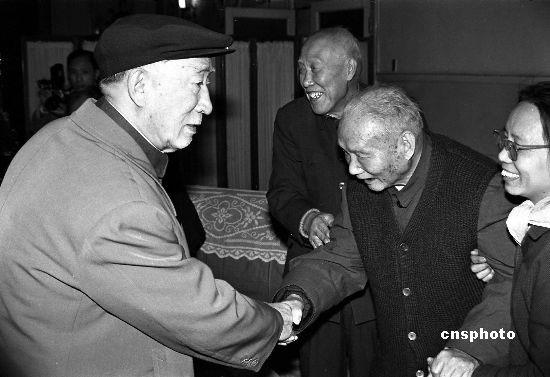 资料图:薄一波和老同志握手