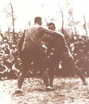 资料图片:1938年薄一波和战士摔跤