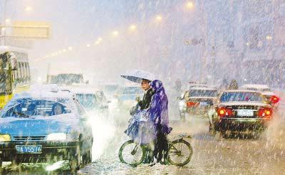 武汉下起第一场雪 气象台发布雪灾橙色预警信号
