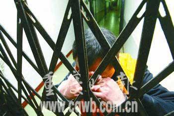网上逃犯家中被抓 央求民警别当女儿面上铐(图)