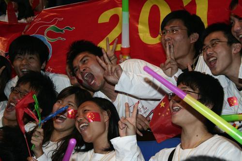 图文:深圳成功申办大运会 大学生把国旗挂在脸上