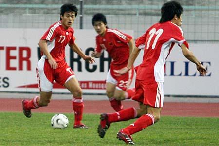 图文:国奥3-0大胜法丙球队 国奥队员交叉换位
