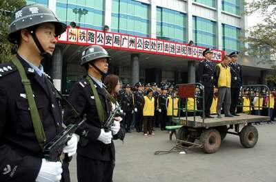 组图:广州铁路公安处公开宣判票贩子