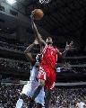 NBA图:常规赛火箭负小牛 海德突破上篮