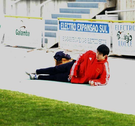 图文:国足欧洲拉练 孙祥在训练中小休憩