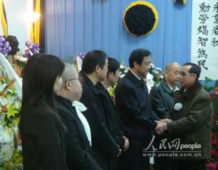 图文:吊唁人士与薄一波的家人握手 表示慰问