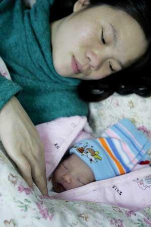 22岁孕妇列车上产女婴 卧铺车厢搭临时产房(图)