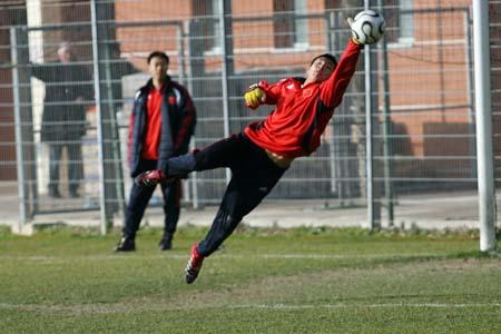 图文:国奥0-3摩纳哥青年队 王大雷赛前热身