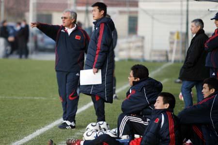 图文:国奥0-3摩纳哥青年队 杜伊指挥比赛
