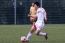 图文:国奥0-3摩纳哥青年队 李微在比赛中