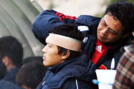 图文:国奥0-3摩纳哥青年队 队医处理冯潇霆伤势