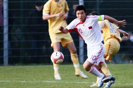 图文:国奥0-3摩纳哥青年队 陈涛在比赛中