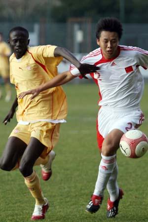图文:国奥0-3摩纳哥青年队 赵铭贴身防守
