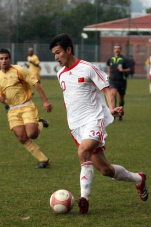 图文:国奥0-3摩纳哥青年队 肖智突破防线