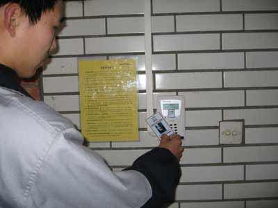 北京一学校为防止学生旷课安装考勤刷卡机(图)