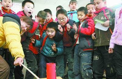 郑州一小学开设放炮课 老师教学生安全放炮(图)