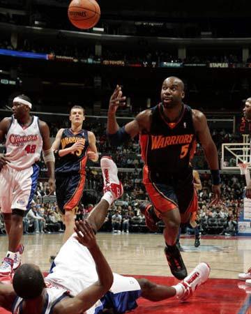 NBA图:快船胜勇士 戴维斯快攻上篮