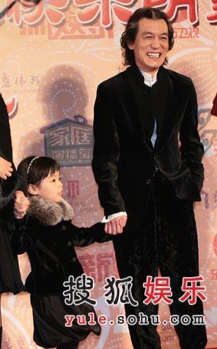 """李咏参加""""明星家庭""""颁奖 就""""陕西懒汉""""道歉"""