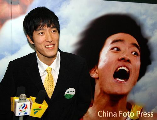 图文:刘翔签约安利产品代言人 笑对媒体提问