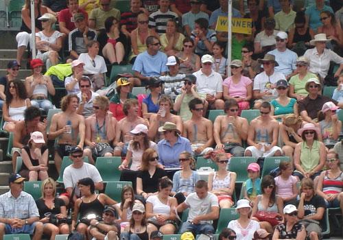 图文:澳网前方现场 八大裸男为汉图楚娃助威
