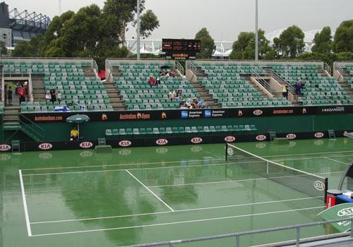 图文:澳网前方现场图片 赛场飘起大雨
