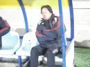 图文:国足1-3维尔瓦 教练席上的朱广沪