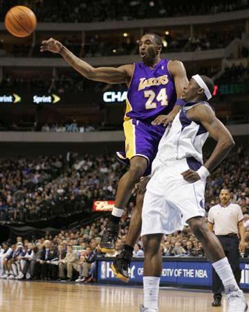 NBA图:小牛主场大胜湖人 科比飞身传球