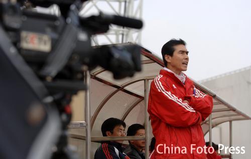 图文:女足1-4惨败广州青年队 王海鸣指挥比赛