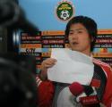 图文:国足结束拉练返回北京 肇俊哲调试摄像机