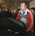 图文:国足结束拉练返回北京 陶伟穿过记者包围