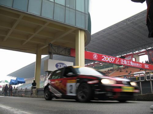 图文:泛珠三角赛车节迎春赛 周勇准备出发