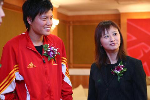 图文:搜狐-中国之队合作发布会 面对镜头摆POSE